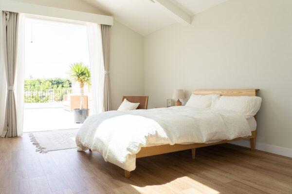 日が差す寝室